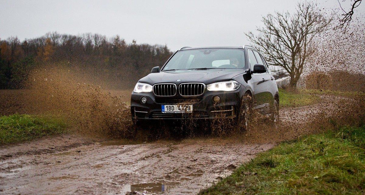 TEST: BMW X5 xDrive 40d– ve smokingu do bláta